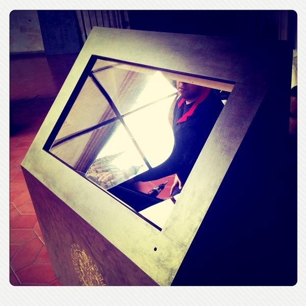 Susutituyendo un monitor de tv, no sin antes asegurarnos de que quede completamente aislado. Con Hermanos Feltrero.
