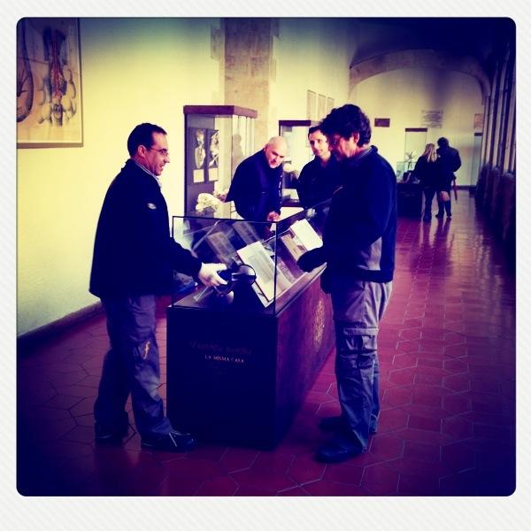 Moviendo una de las vitrinas del Museo Usal, con ayuda de Grupo Feltrero.